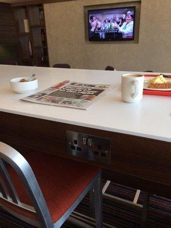 Hampton by Hilton Exeter Airport: Breakfast bar has sockets