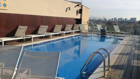 H10 Marina Barcelona Hotel: poolen på taket