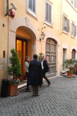 Hosianum Palace Rome: Porta do Hotel- quase passa despercebida
