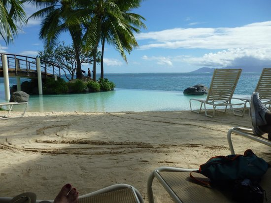 InterContinental Tahiti Resort & Spa: The infinity edge pool (with swim up bar)