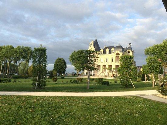 Chateau Grand Barrail: Замок и территория