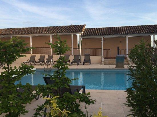 Château Hôtel Grand Barrail : Аккуратный подогреваемый бассейн