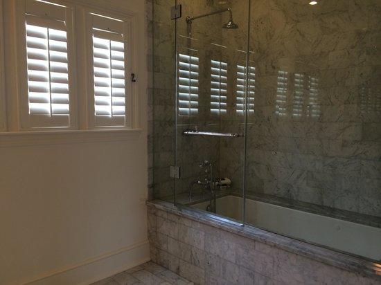 Melrose Mansion: Jacuzzi tub