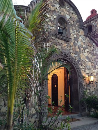 Cerritos Surf Colony : Arched entry to the Hacienda from the beach