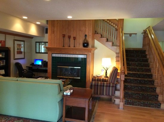 Country Inn & Suites By Carlson, Big Flats (Elmira) : Hotel lobby - nice and comfy