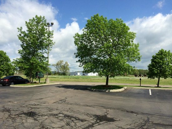 Country Inn & Suites By Carlson, Big Flats (Elmira): View of green grounds