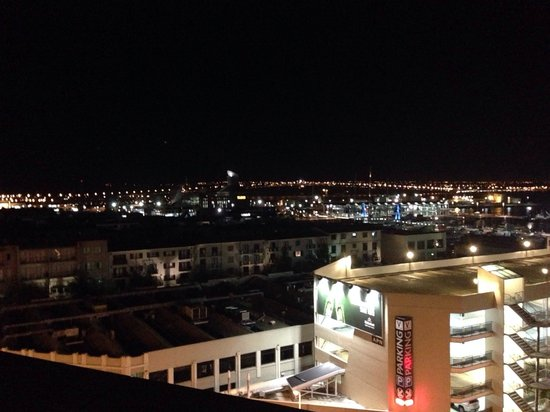 Grand Chancellor Auckland Hotel: My harbour view lol.  All I see is building!!!