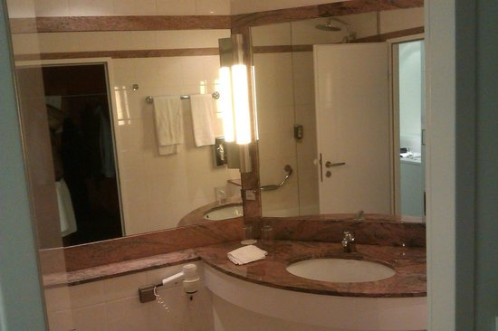 DORMERO Hotel Stuttgart: Bathroom