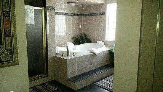 MCM Elegante Suites: The jacuzzi tub
