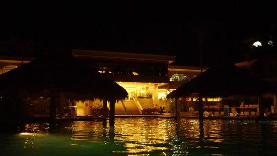 Flamingo Beach Resort And Spa: vista nocturna