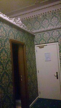 Hotel Virgilio: Entrée de la salle de bain