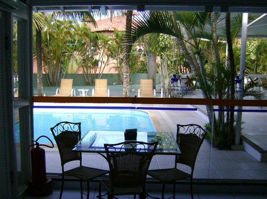 Hotel Don Quijote: Piscina vista do café da manhã