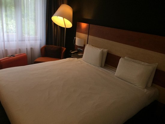 Mercure Hotel Amsterdam West: Large bed