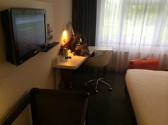 Mercure Amsterdam Airport : Tv and workdesk