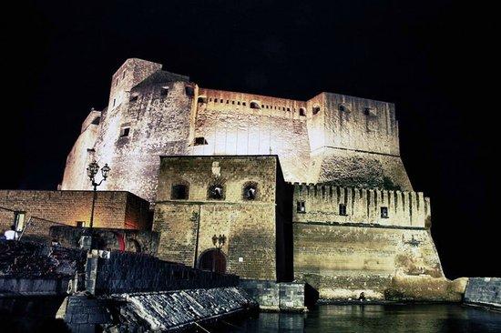 Grand Hotel Vesuvio: Прямо напротив отеля находится красивейшая крепость  Дель Ово