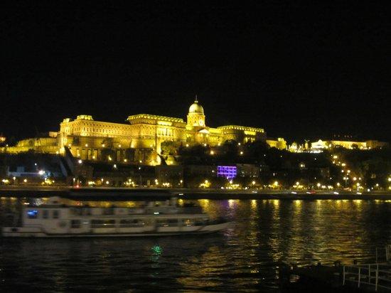 Budapest Marriott Hotel: O castelo iluminado, visto do hotel