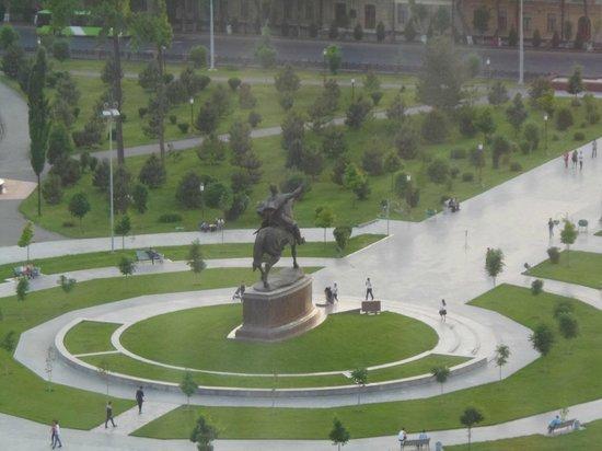 Hotel Uzbekistan: vue sur la statue de Tamerlan