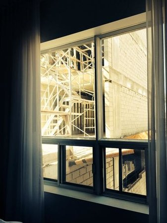 Hotel Chez Swann : right next to a construction site. the worker started banging ar 6:59am on Saturady