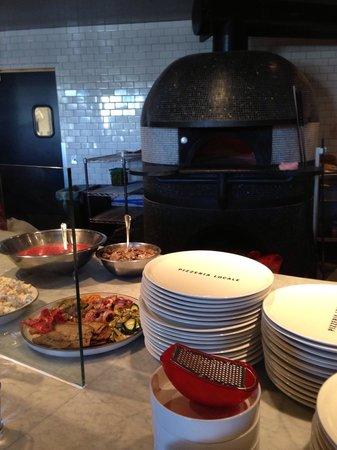 Pizzeria Locale: Open kitchen