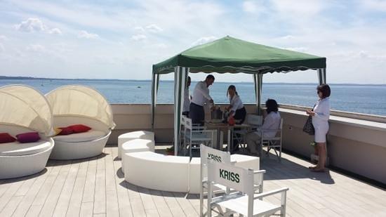 Hotel Kriss Internazionale: vista magica e bottiglia di Lugana fresca