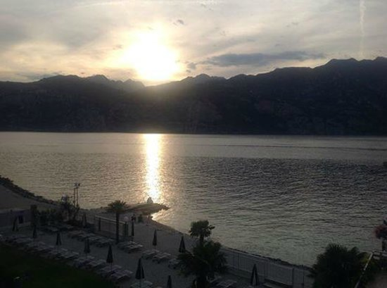 Hotel Castello Lake Front: Sunset on the lake