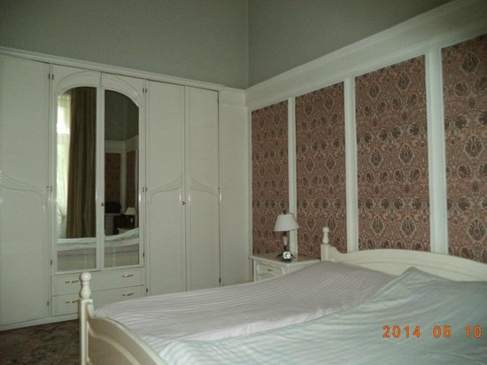 Royal Hotel: Bedroom with Art Nouveau wardrobes