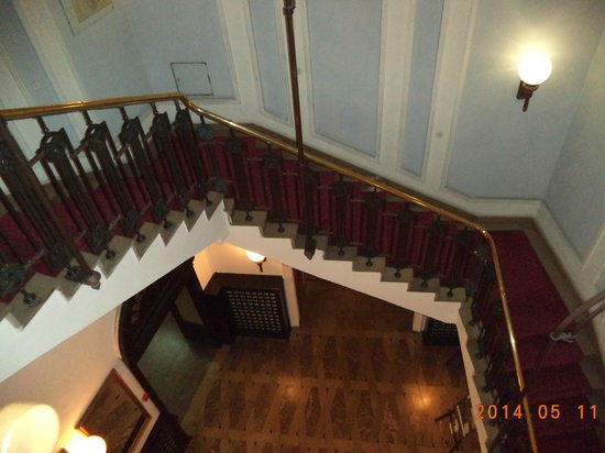 Royal Hotel: Staircase to the ground floor