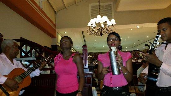 Grand Bahia Principe La Romana: Entertainment at dinner