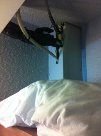 Kyriad Orly - Rungis: Cableado por encima de almohadas de repuesto