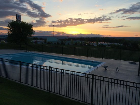 Quality Inn Breeze Manor: Sunset view and pool in front of our room