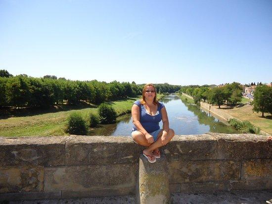 Hotel Astoria: Ponte sobre o rio caminho para o castelo