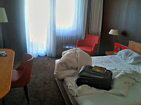 Mercure Hotel & Residenz Frankfurt Messe: Gerade aufgestanden, deshalb nicht aufgeräumt.: Standard DZ