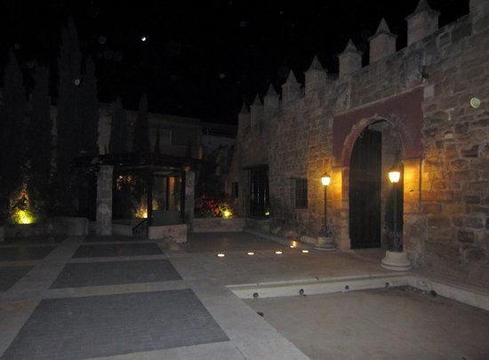 Hotel Palacio de Mengibar : Arco de entrada del recinto amurallado al patio interior del hotel