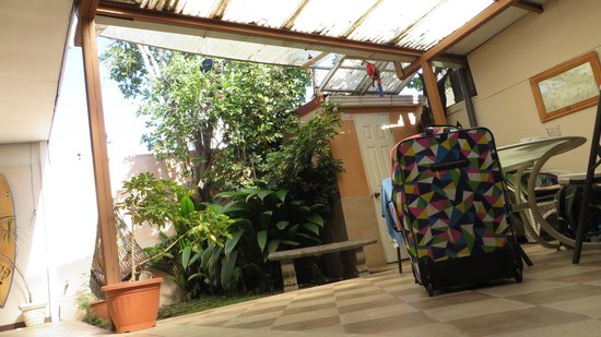 Gaudy's Backpacker Hostel: Little chillout place with open roof where you can smoke