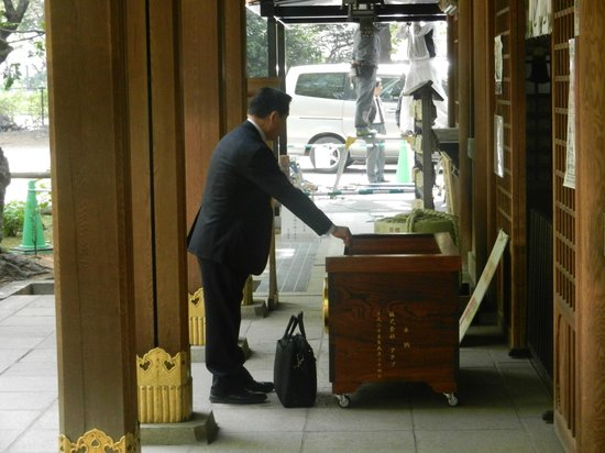 Atago Shrine : Pray and offering (coins)