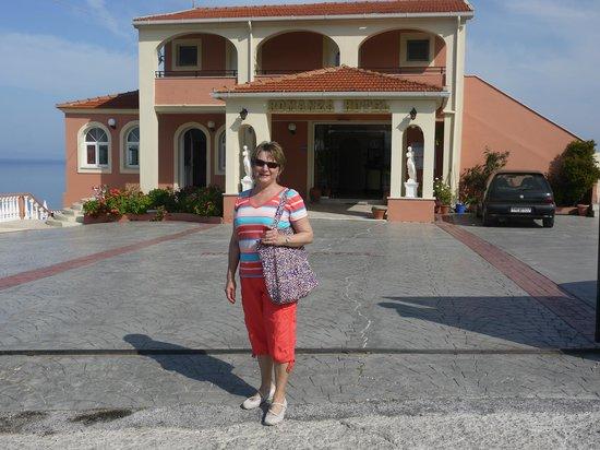 Romanza Hotel: Entrance to Hotel