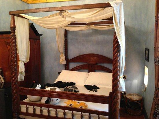 Graziella Patio Hotel: Il letto alla francese a baldacchino occupa tutta la stanza