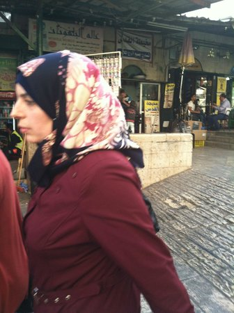 Das moslemische Viertel: Muslim woman strolling in Old City