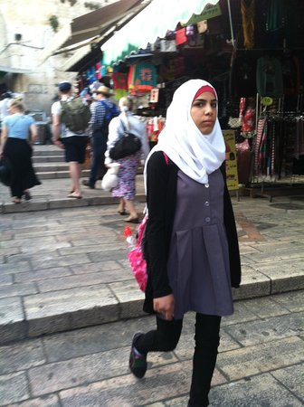 Das moslemische Viertel: Muslim woman completed with shopping