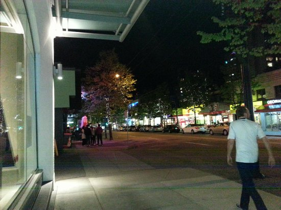 Blue Horizon Hotel: View of Robson Street at night. Note the little lights in the trees.