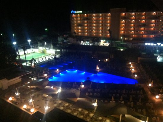 Hipotels Coma Gran Aparthotel : View at night from our 7th floor balcony