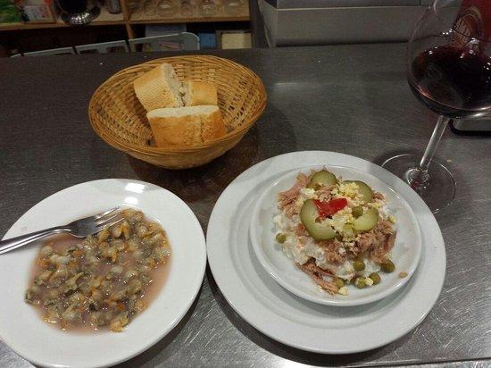 Bar Restaurante Casa Antonio: Pincos enslada de Rusia y berberechos. Y rioja