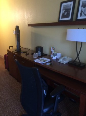 Courtyard by Marriott Tarrytown Westchester County : desk