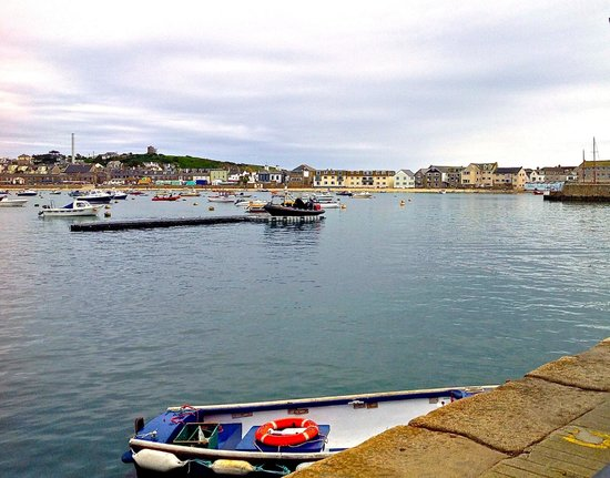 Schooners Hotel: View across the harbour to the hotel