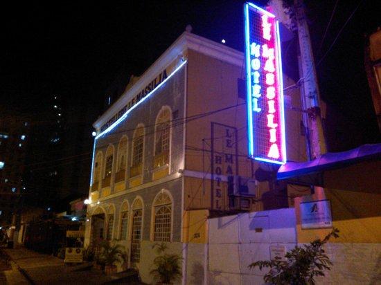 Hotel Le Massilia: Fachada à noite