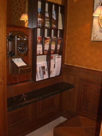 The Rose Hotel: Cute little phone room off the lobby