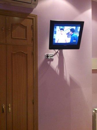 Hostal Las Fuentes: tv habitacion