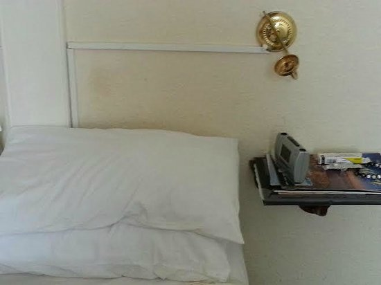 Cookshayes Country Guest House: Greasy stains on the wall at the head of the bed