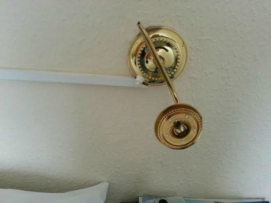 Cookshayes Country Guest House : Broken lamp fitting