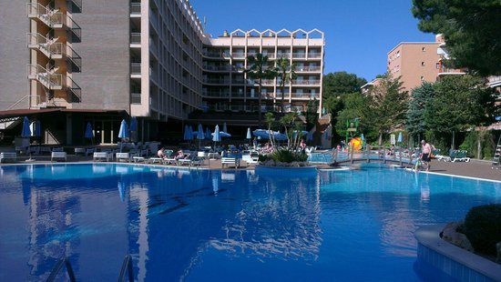 TUI Family Life Avenida Suites: Golden avendia from poolside